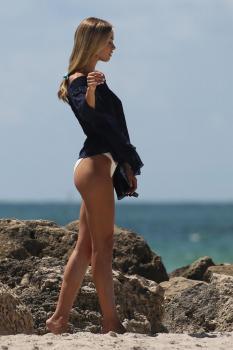 Caroline Kelley in a bikini during a photoshoot on the beach in Miami 8/22/18 w6rbdlsafj.jpg